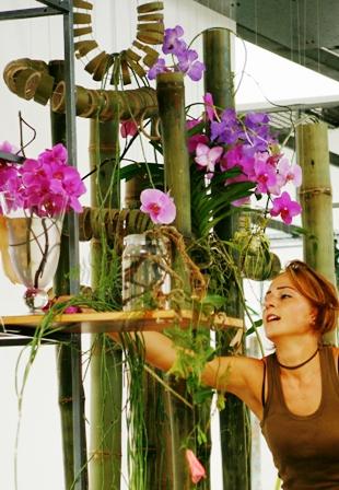 Uta Lorenz, Leiterin der Floristmeisterschule Grünberger Bildungszentrum für Floristik in Grünberg während ihrer Meisterprüfung in Grünberg 2006
